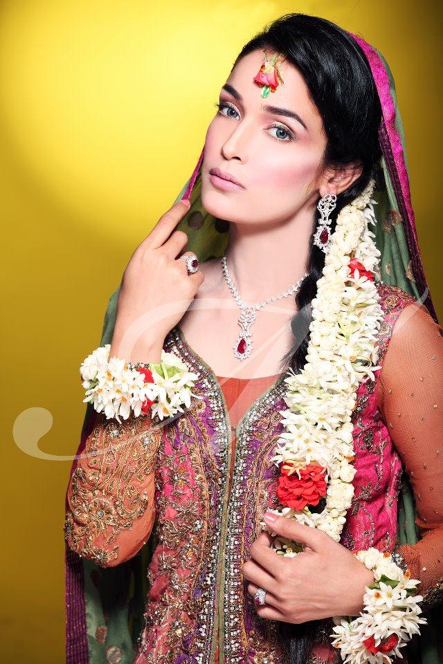 Mehndi Makeup Looks : Bridal mehndi dress and makeup perfect look stylecry