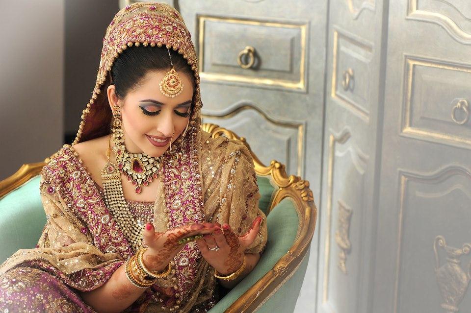 Mehndi Hairstyles With Tikka : Pakistani bridal lehnga choli stylecry: dresses women wear